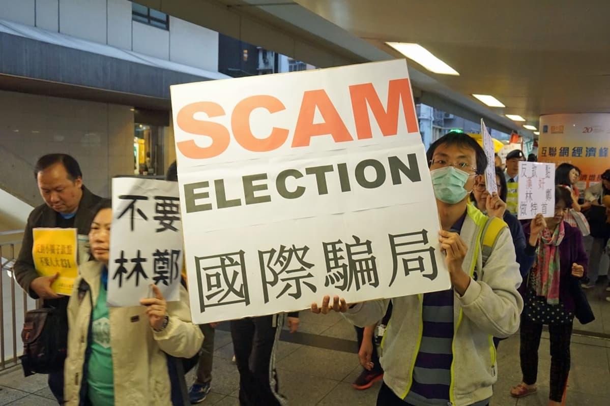 "Ihmisiä, kyltti: ""Scam Election""."