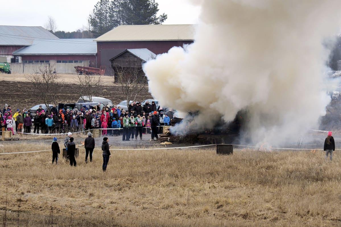 Pääsiäiskokko syttyy Lappajärvellä Pohjanmaalla 15. huhtikuuta.