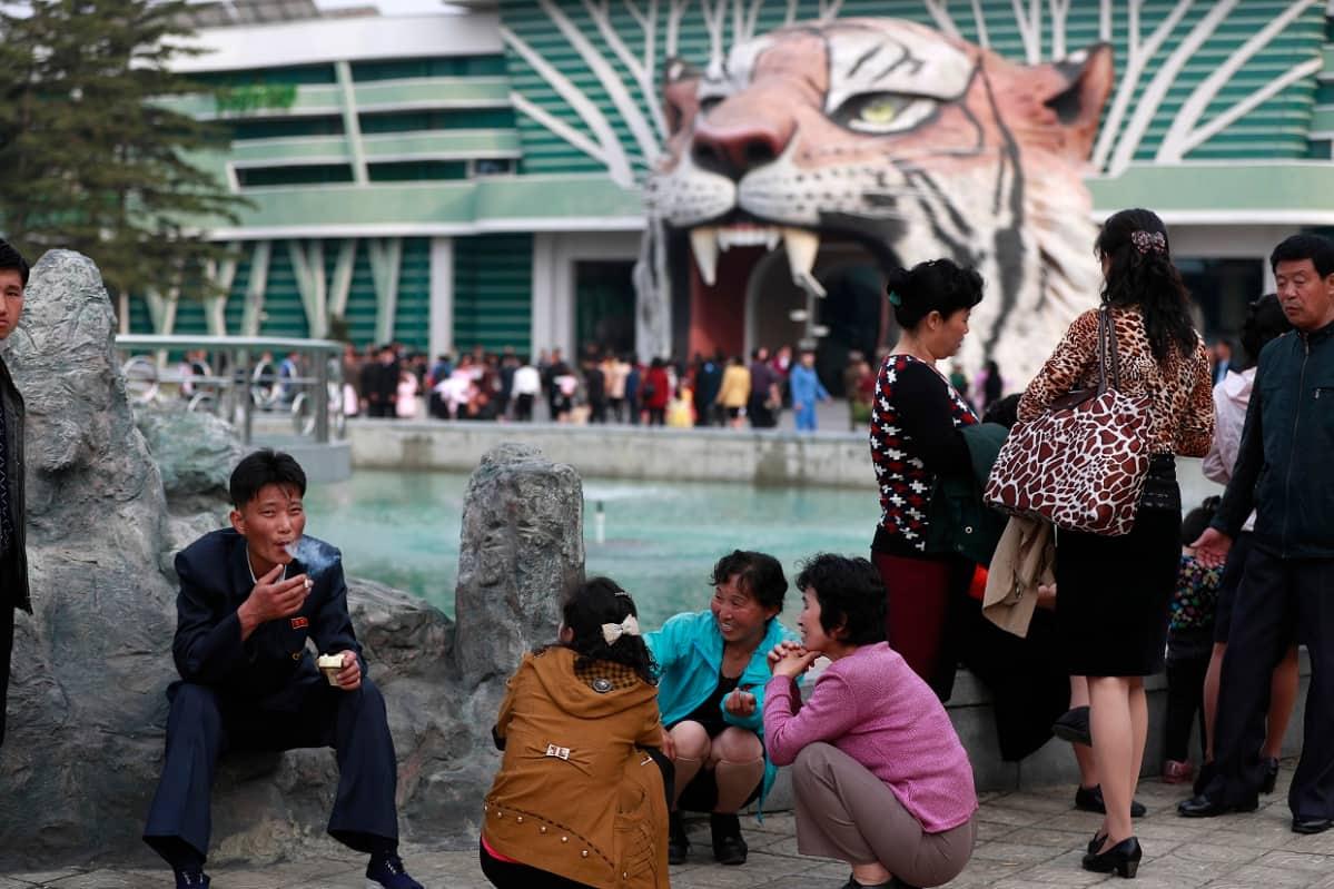 Pohjoiskorealaisia Pjongjangin eläintarhassa huhtikuussa 2017.