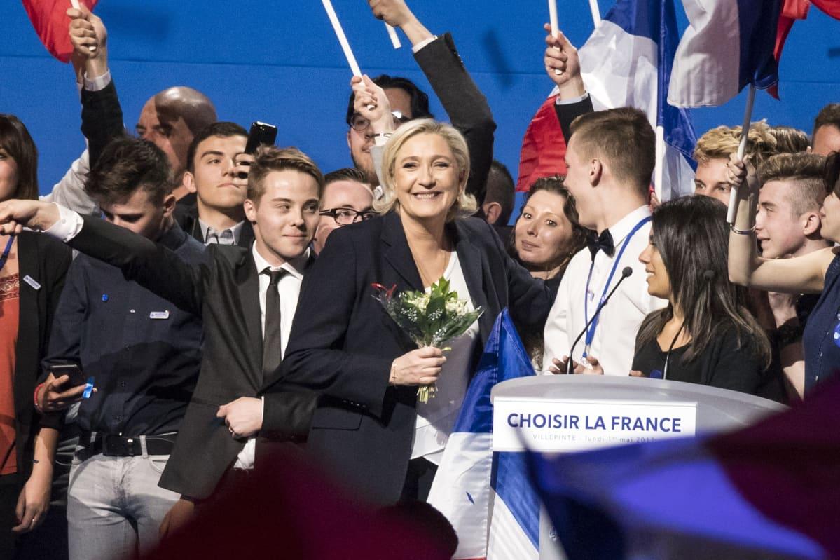 Le Pen kannattajiensa keskellä Villepintessä maanantaina. Monet heiluttavat Ranskan lippuja.
