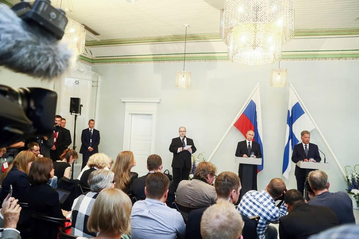 Toimittajien selkiä ja kauempana Sauli Niinistö ja Vladimir Putin.