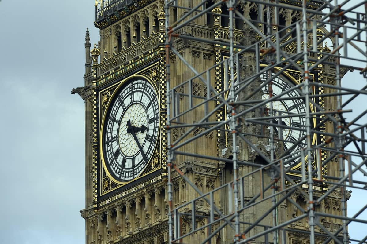 Big Benin kellotaulu, jonka edessä näkyy rakennustelinettä.