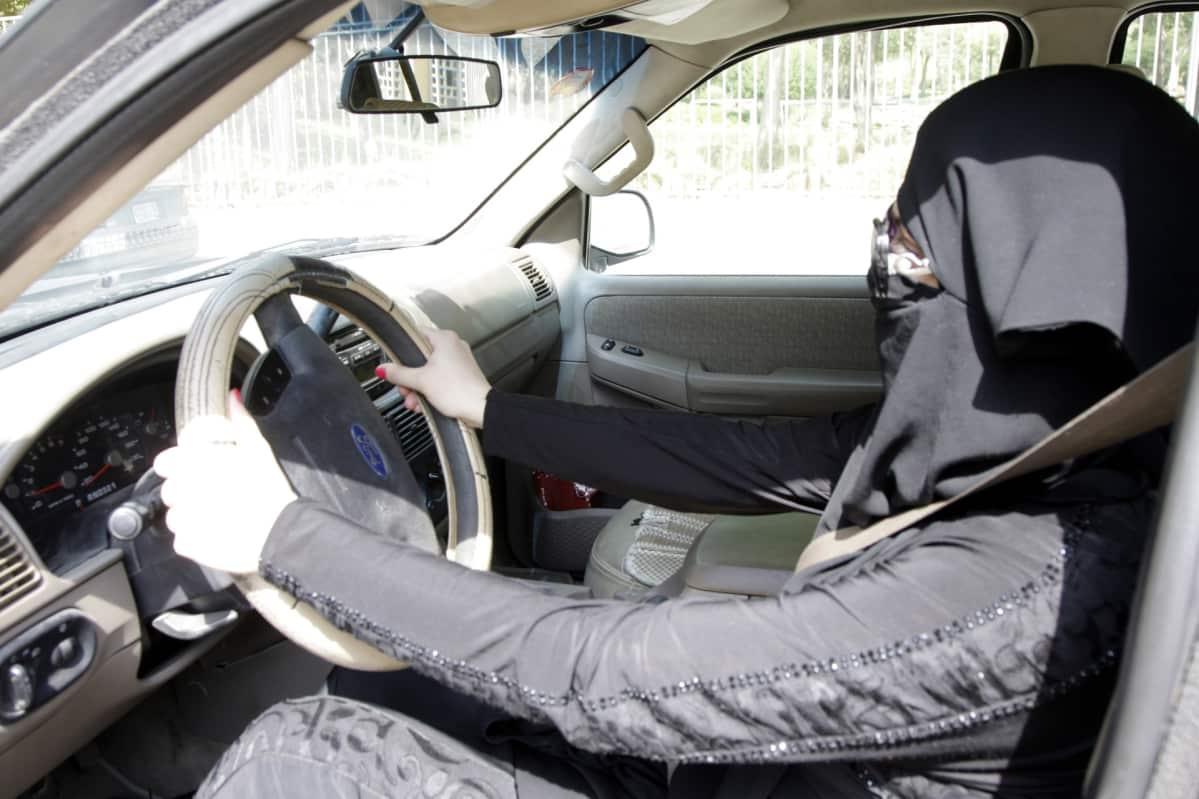 Lokakuussa 2013 Saudi-Arabiassa naiset osoittivat mieltään ajokieltoa vastaan ajamalla autoa. 14 pidätettiin.