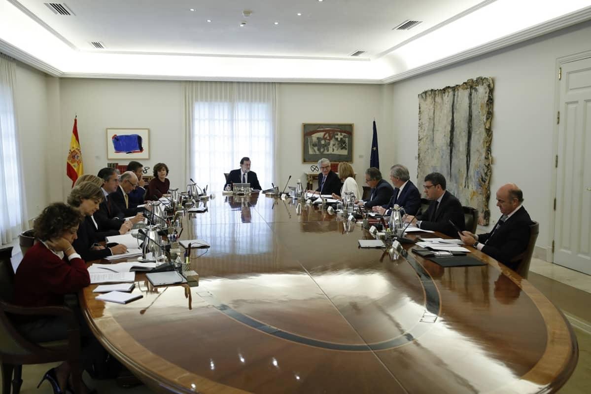 espanjan hallitus pöydän äärellä