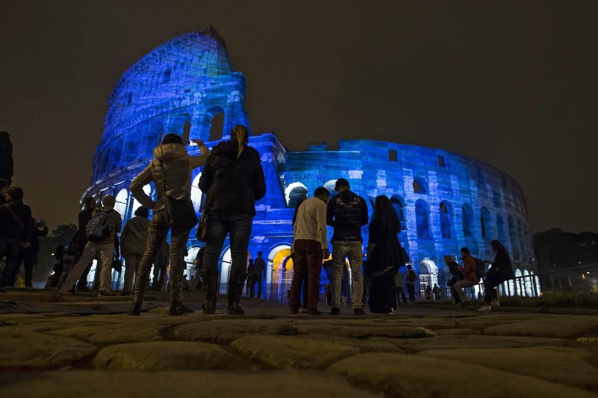 Rooman Colosseum valaistuna