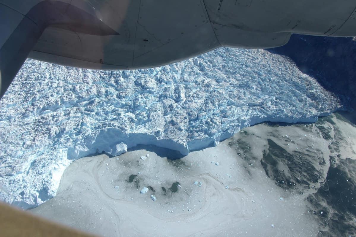 Jakobshavnin jäätikkö, tunnettu myös grönlantilaisella nimellään Sermeq Kujalleq, kuvattuna lentokoneesta.