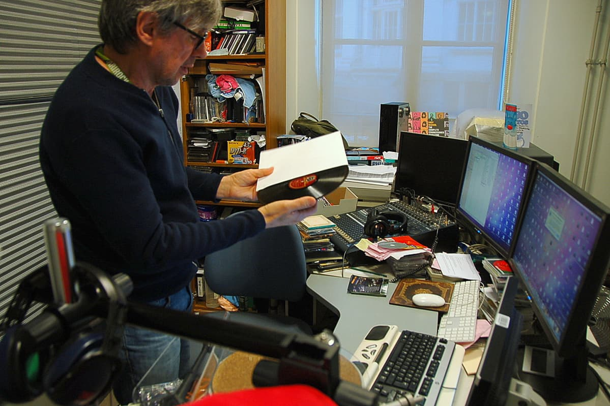 Digitoija Antti Riikonen tekee Kansalliskirjaston levykokoelman harvinaisista levyistä kuuntelukopioita, joita kuka tahansa voi kirjaston tiloissa kuunnella.