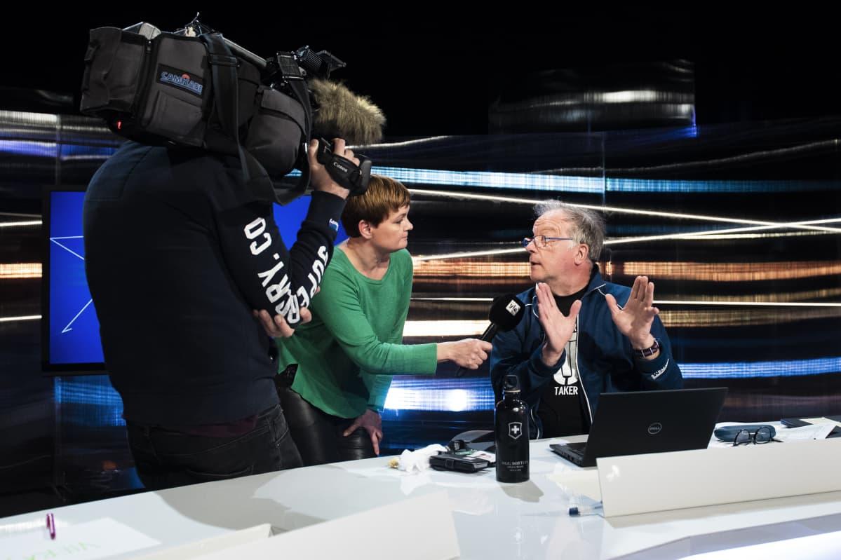 Tuulia Thynell haastattelee Matti Rönkää.