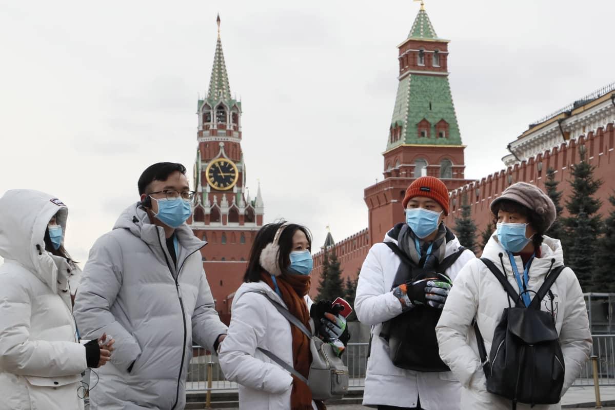 Hengitysmaskeihin pukeutuneita kiinalaisturisteja Moskovan Punaisella torilla 26. tammikuuta 2020. Kiina ilmoitti jäädyttävänsä ryhmämatkat ulkomaille uuden koronaviruksen takia.