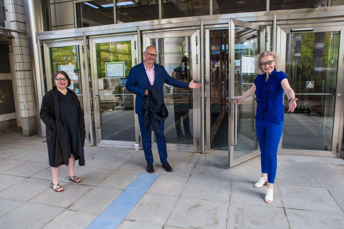 Muumimuseon museonjohtaja Taina Myllyharju, Särkänniemen huvipuiston toimitusjohtaja Miikka Seppälä ja Tampere-talon toimitusjohtaja Pauliina Ahokas toivottavat tervetulleeksi Muumimuseoon.