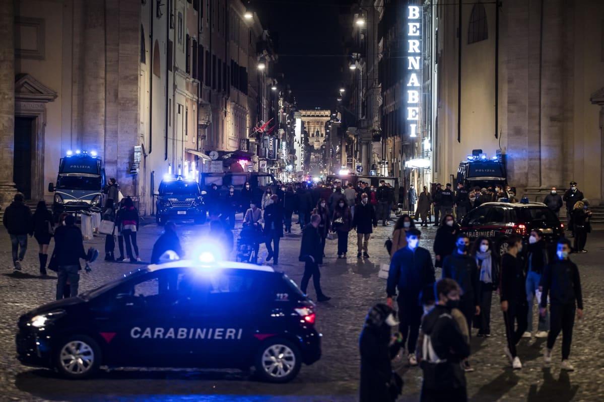 Poliisi sulki lauantaina Rooman keskustassa sijaitsevan Via del Corson, kun väki tungeksi liian lähellä toisiaan iltakävelyllä.
