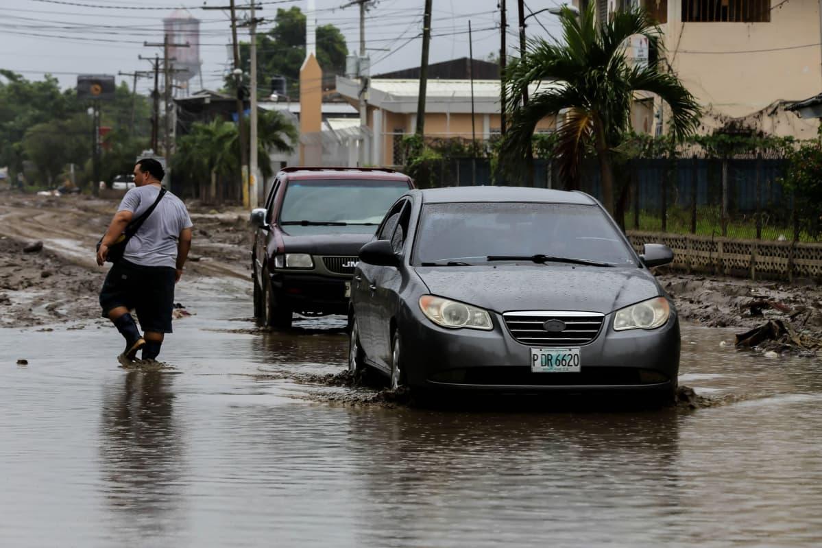 Kaksi viikkoa sitten riehuneeen Eta-myrskyn aiheuttamia tulvia Hondurasin La Limassa.