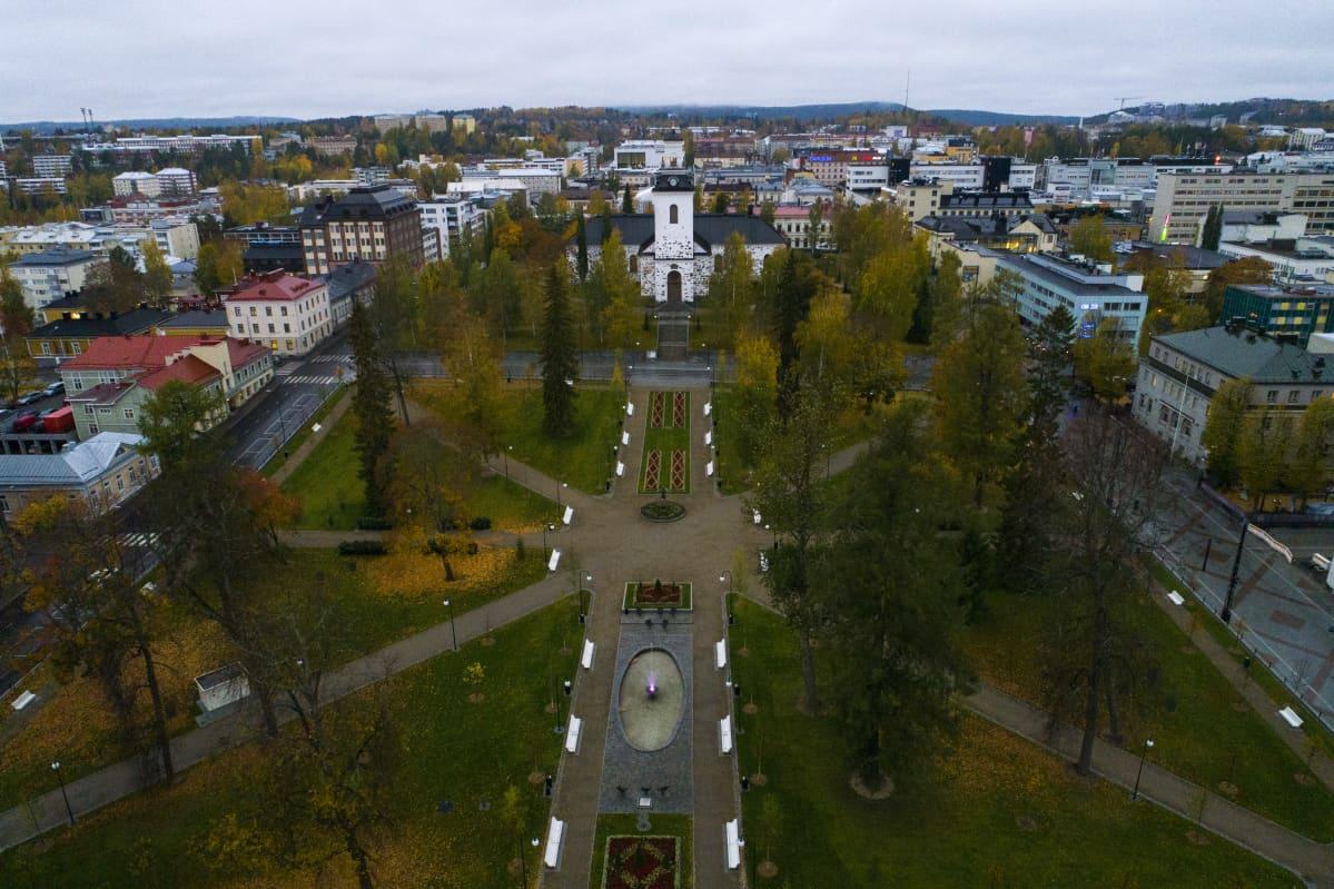 Snellmaninpuisto kuopion keskustassa.