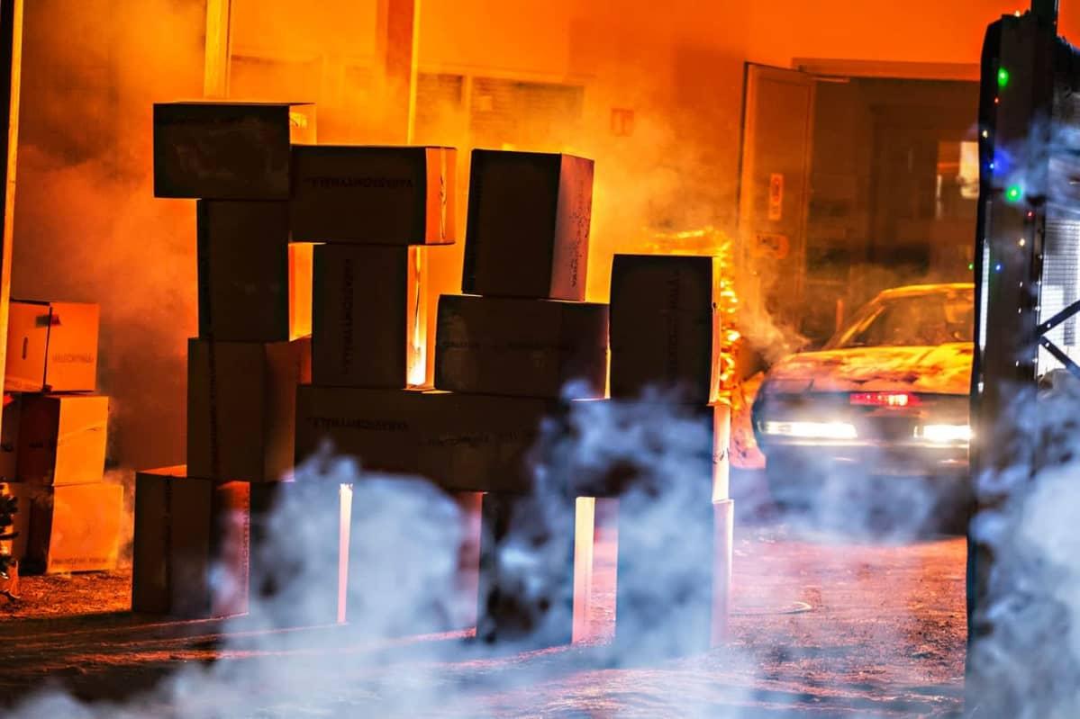 Auto savun ja lavasteiden keskellä elokuvan kuvauksissa.