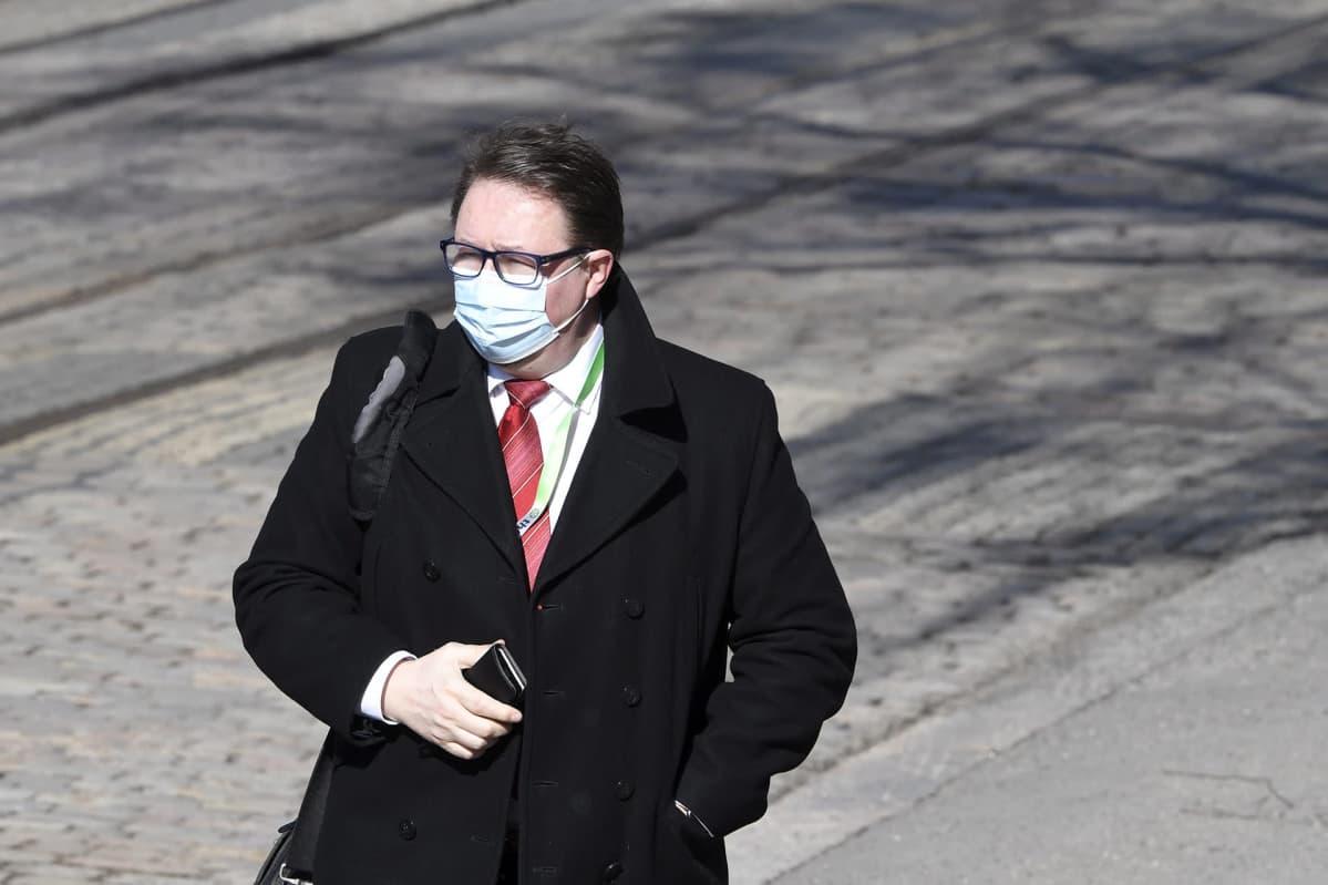 Terveyden ja hyvinvoinnin laitoksen johtaja Mika Salminen saapuu Säätytalolle Helsingissä hallituksen neuvotteluihin 22. maaliskuuta