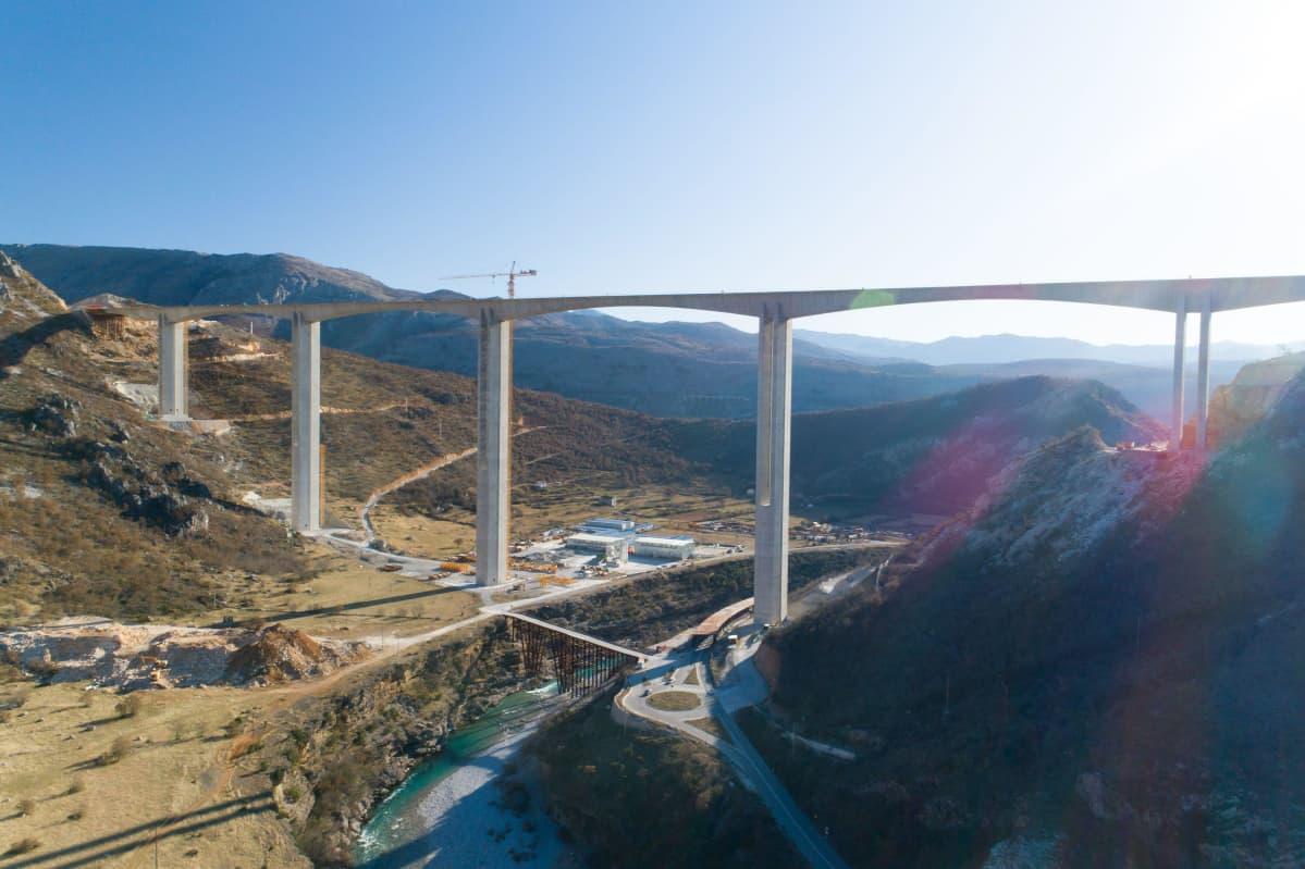 Kiinan rahoittamalla valtatillä rakennettiin Montenegrossa siltaa Moracan kanjonin yli tammikuussa 2020.