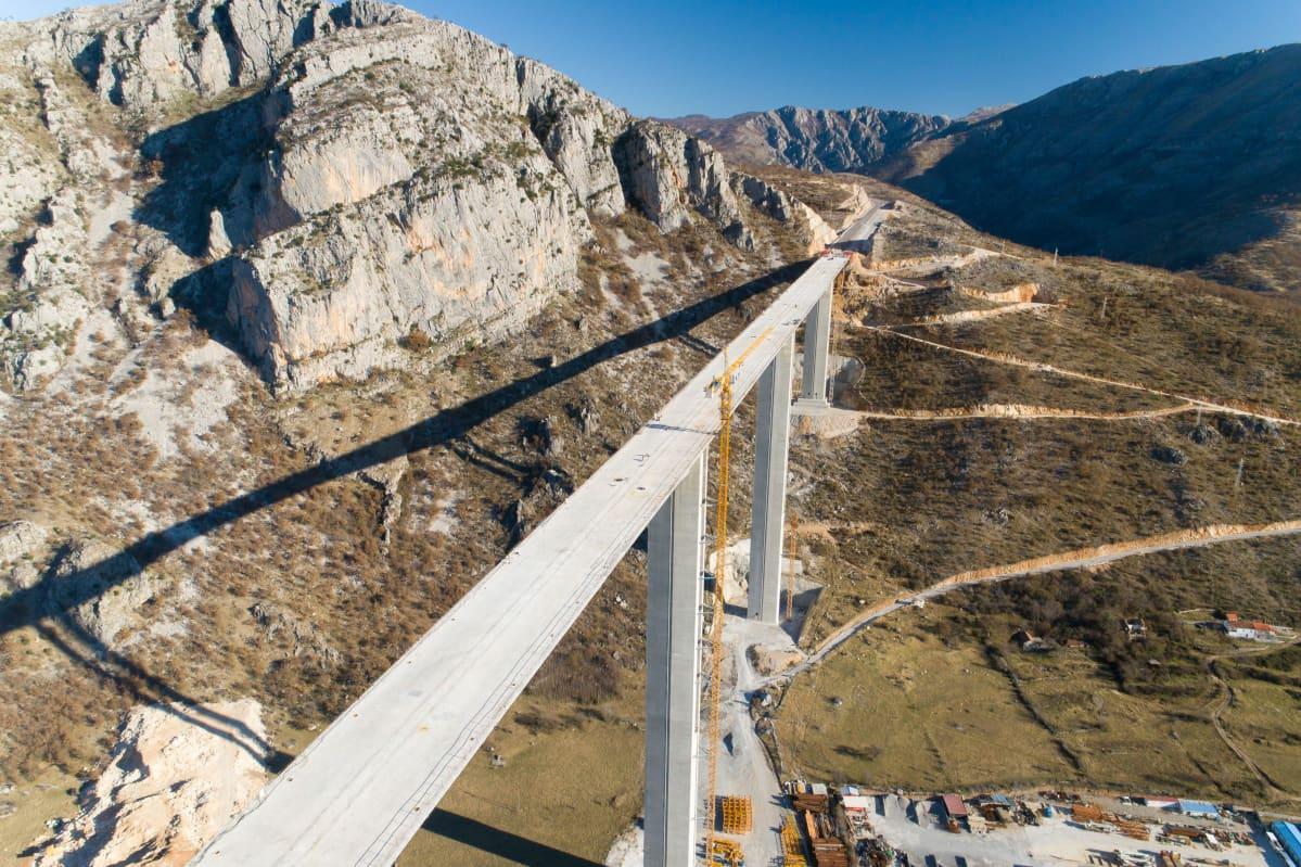 Montenegrossa rannikolta Serbian rajalle kulkevaa uutta valtatietä rakennettiin vaikeakulkuisessa vuoristossa vuonna 2020.