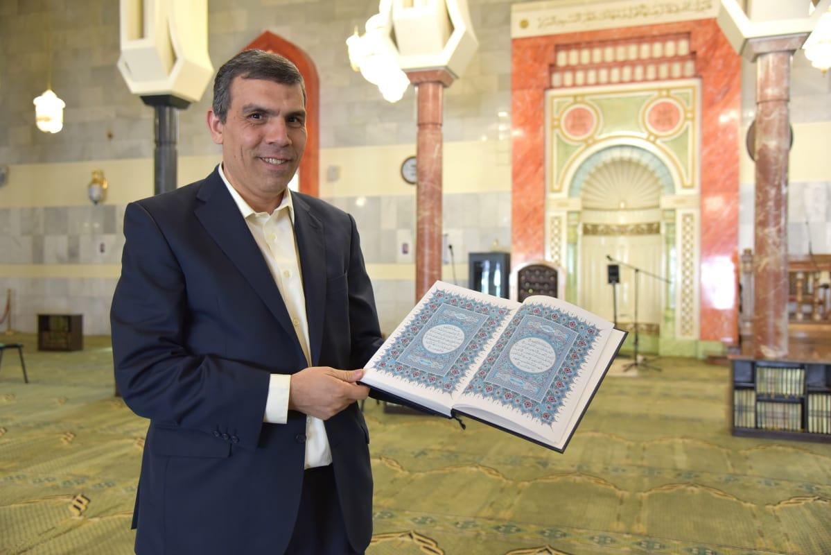 El Mushtawi pitelee koraania suurmoskeijan salissa.