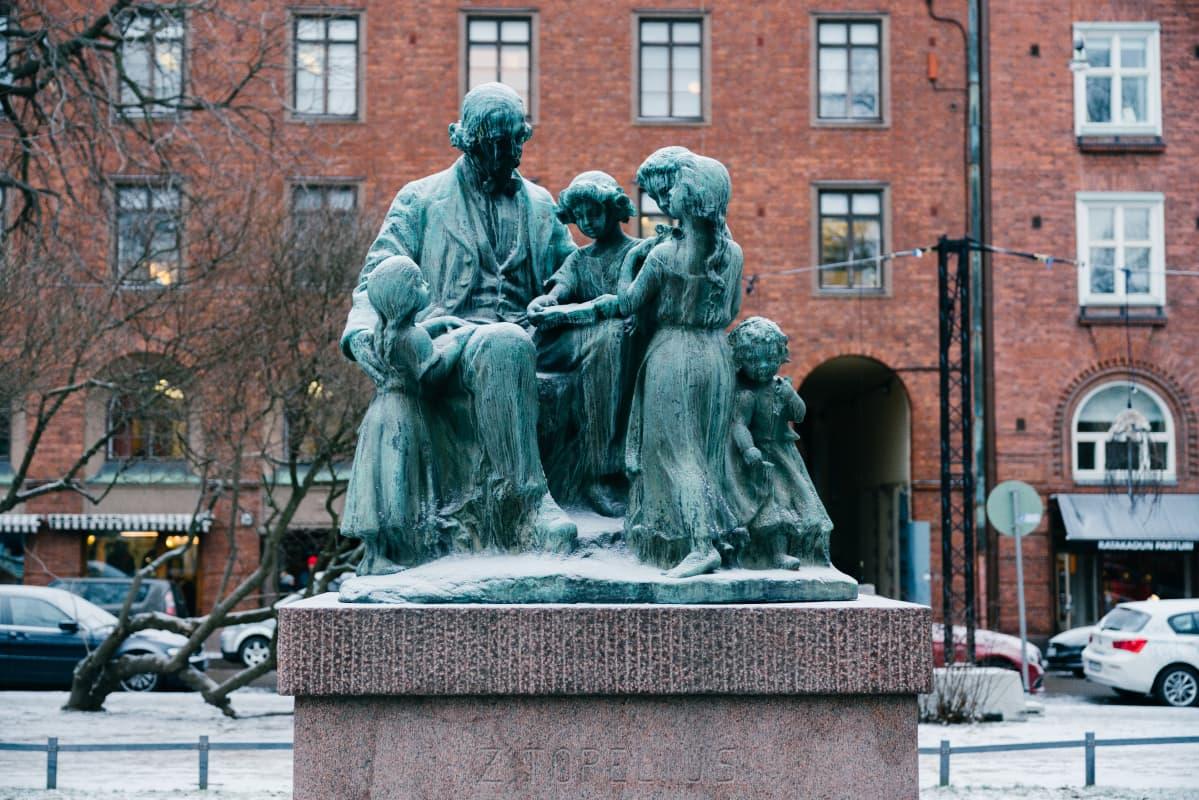 Kuvanveistäjä Ville Vallgrenin Topelius ja lapset -monumentti Helsingin Koulupuistikossa.