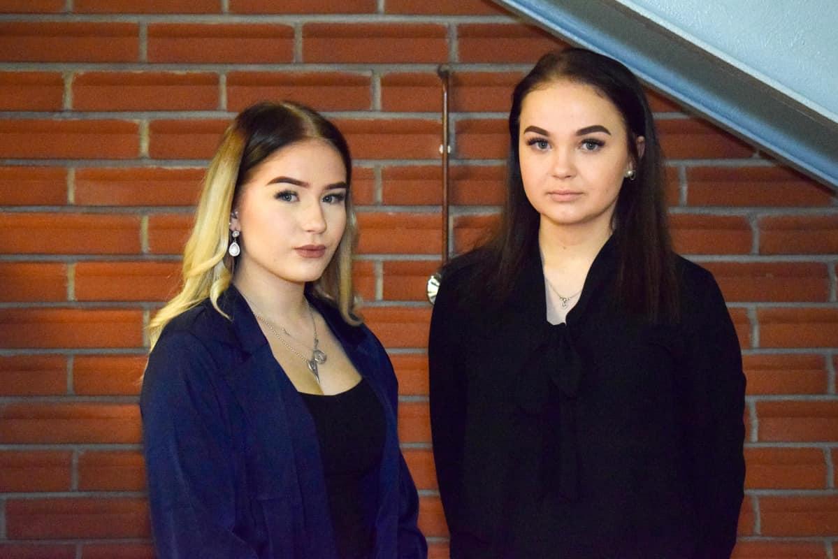 Etelä-Savon ammattiopiston merkonomiopiskelijat Henna Kamppi ja Vilma Leinonen.