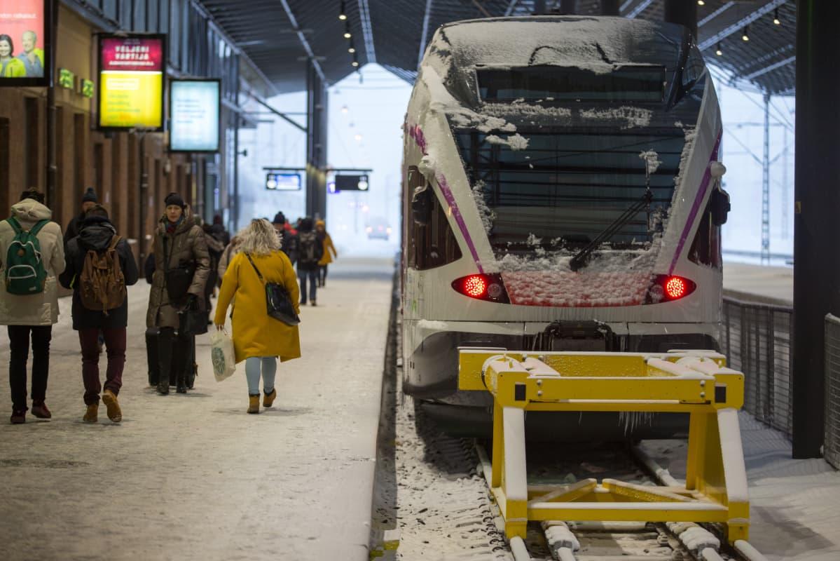 Juna Helsingin päärautatieasemalla.