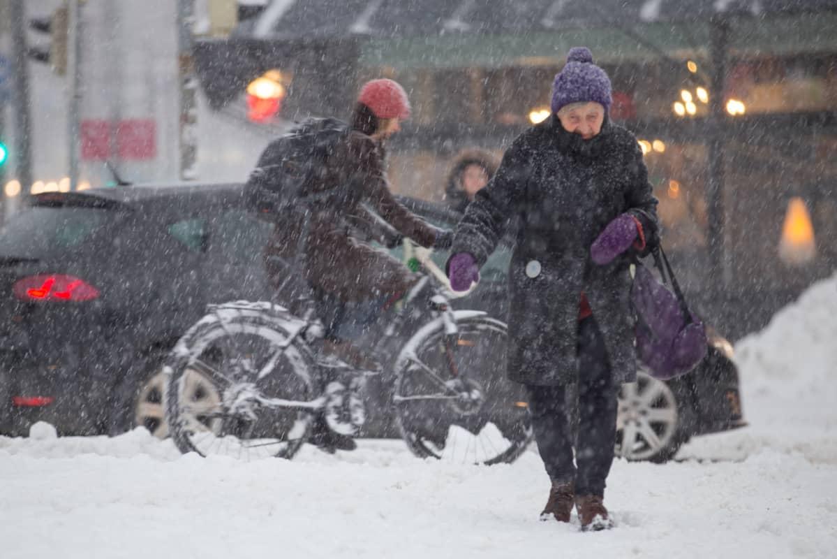 Kaupunkiliikennettä lumisateessa. Lunta on pyryttänyt koko päivän pääkaupunkiseudulla.