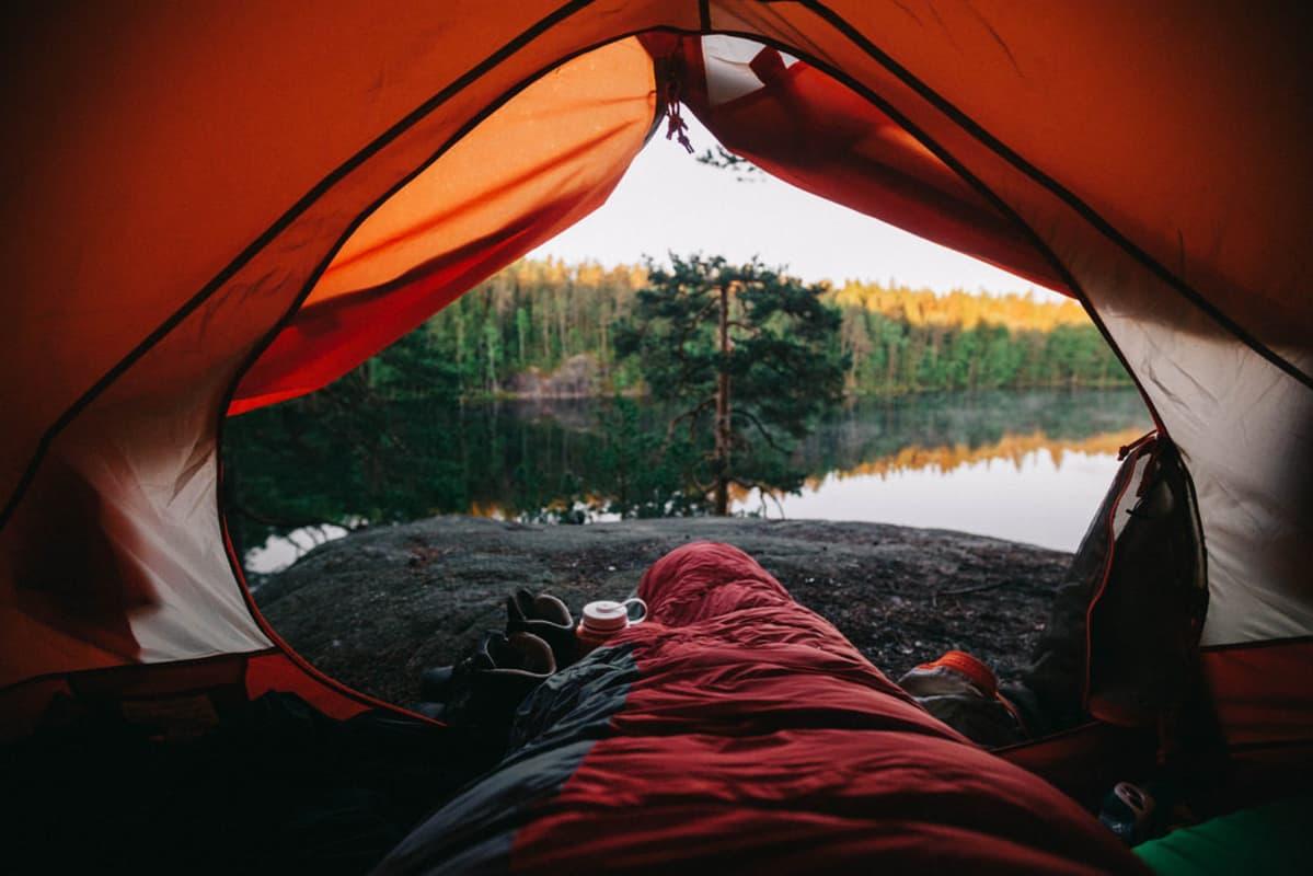 Järvimaisema kuvattuna teltan sisältä.