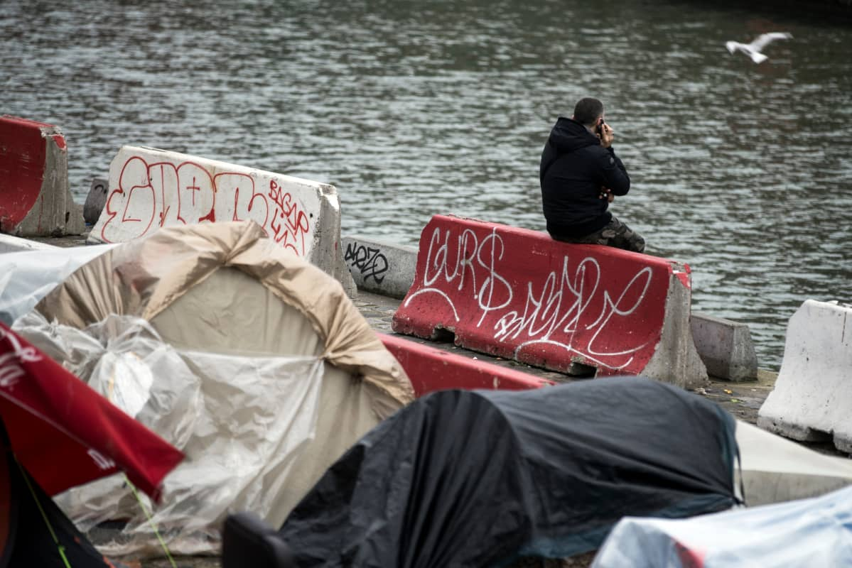 Maahanmuuttaja Pariisissa.