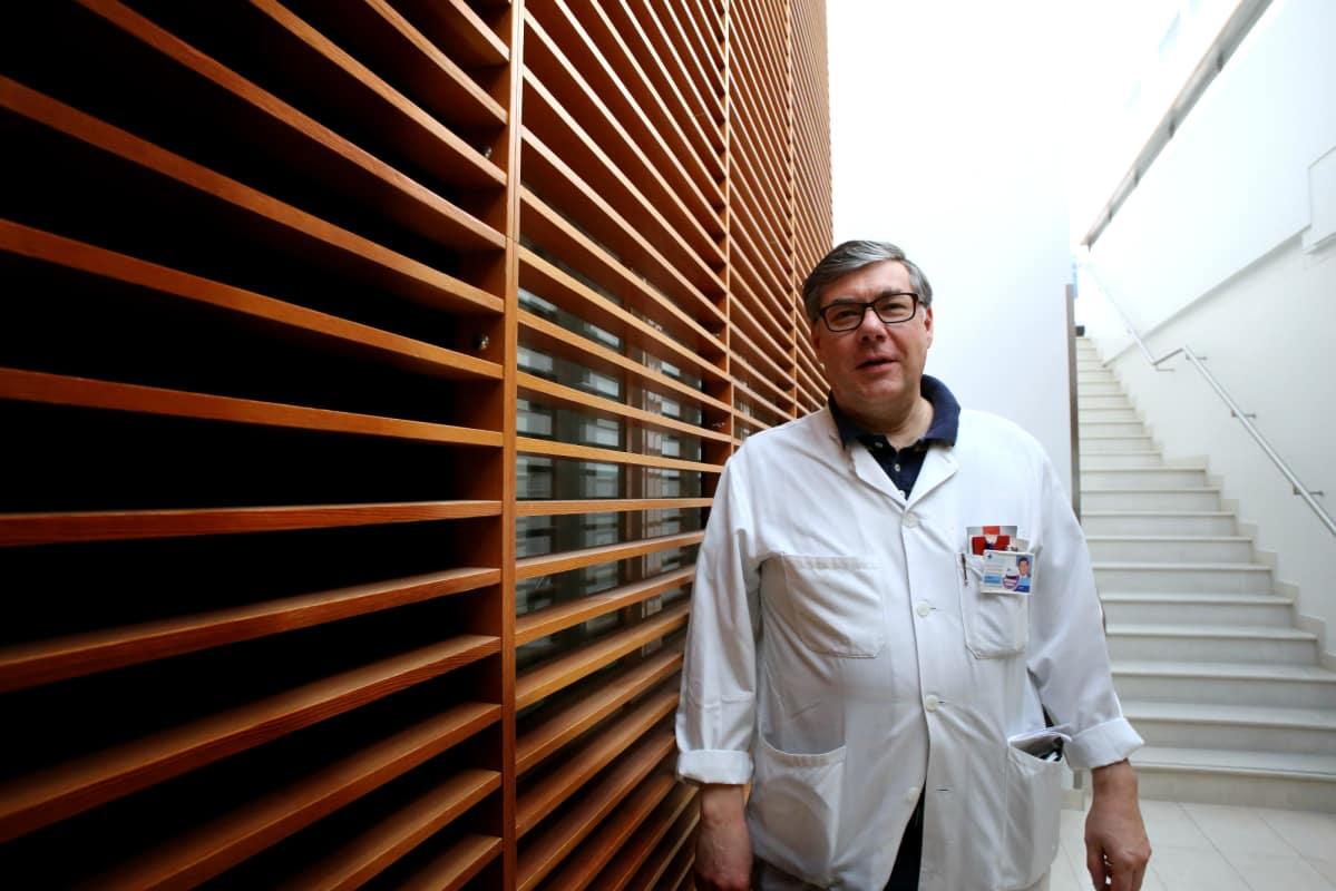 Ylilääkäri Asko Järvisen mukaan turhaa antibioottien syömistä voi ja pitää vähentää.