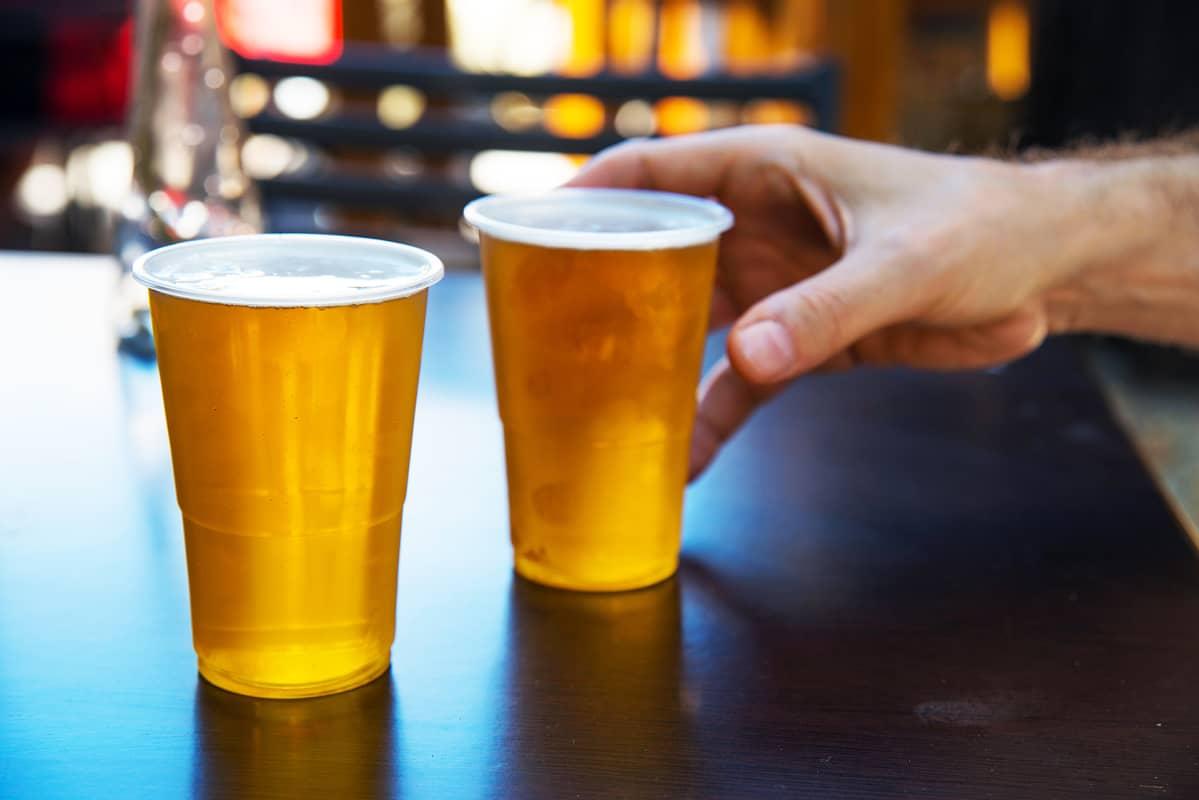 Olutta muovimukeissa.