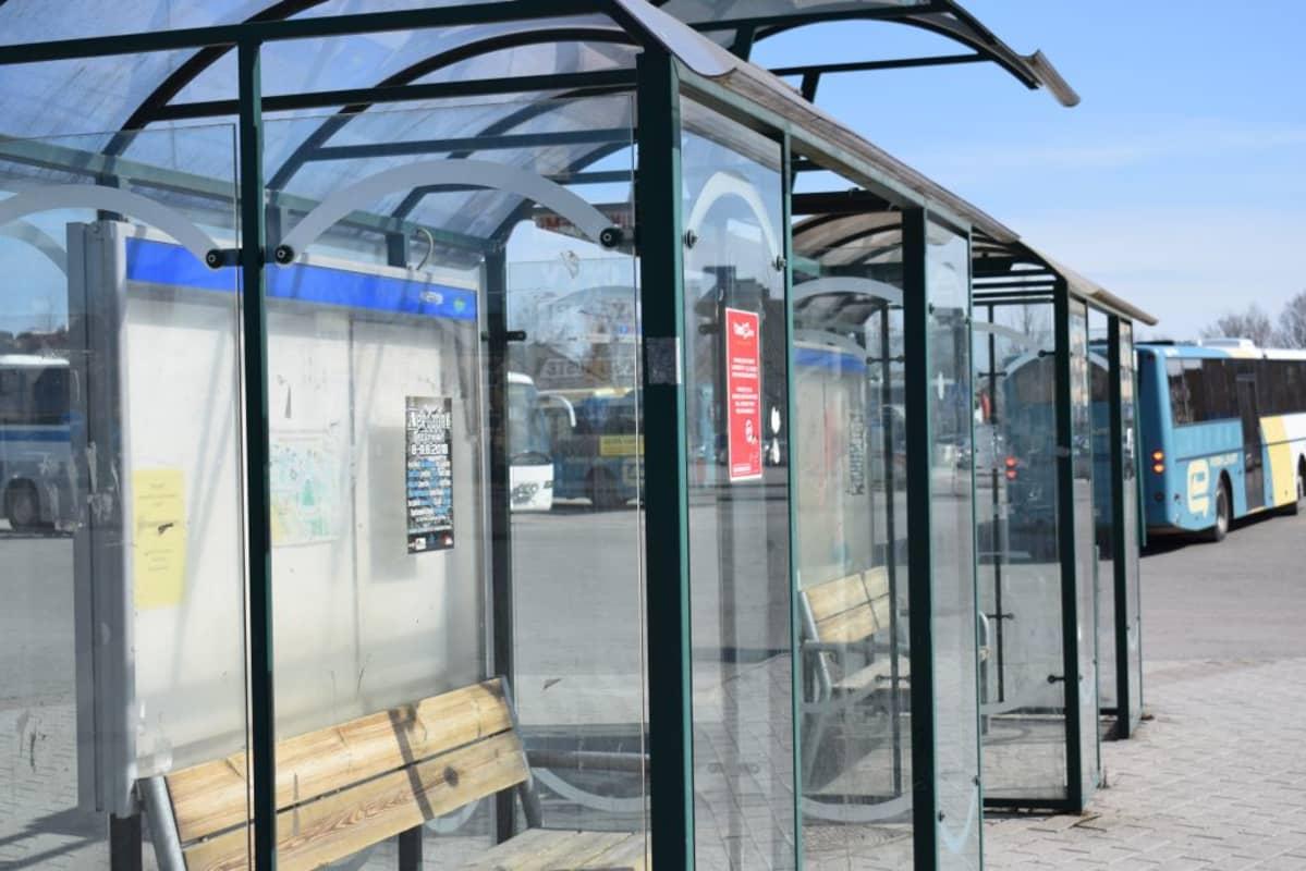 Bussilaiturit Porissa vanhalla linja-autoasemalla, taustalla Porin Linjojen busseja bussi