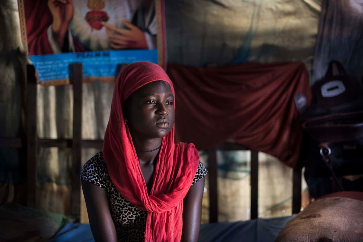 Eteläsudanilainen tyttö Suzan Sebit kotonaan.