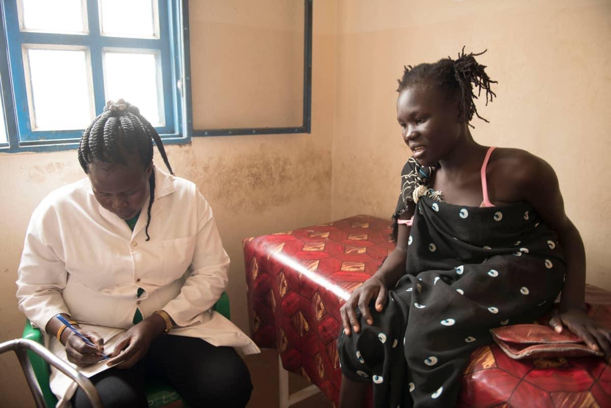 Eteläsudanilainen Joyce Juma vastaanotolla juttelemassa ehkäisystä