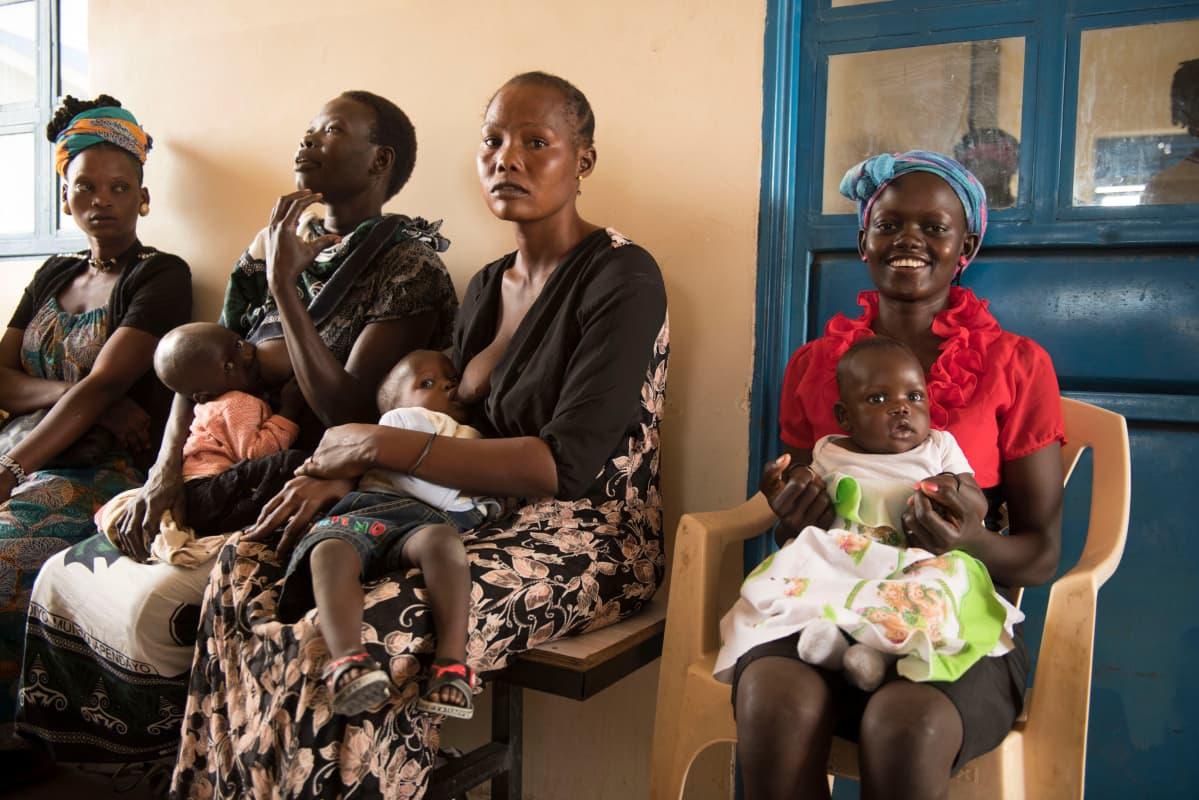 Naiset odottavat vuoroaan perhesuunnitteluklinikalla