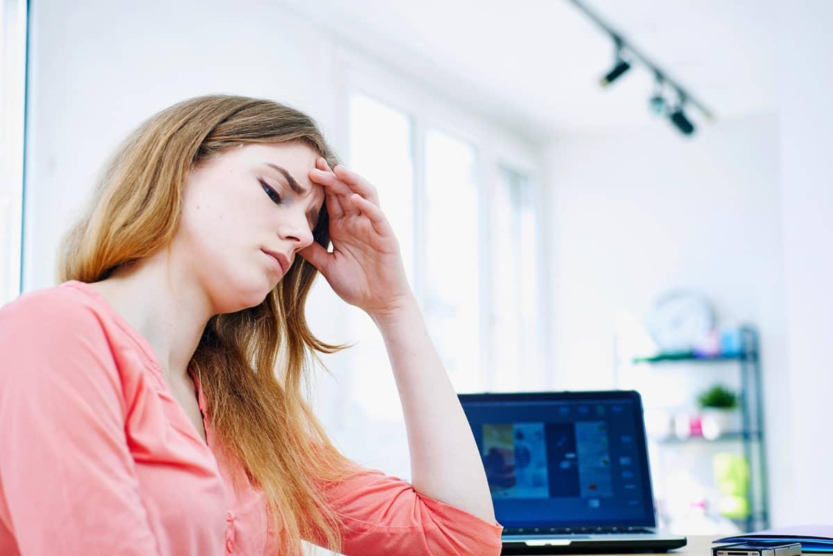 Väsynyt nainen kotona