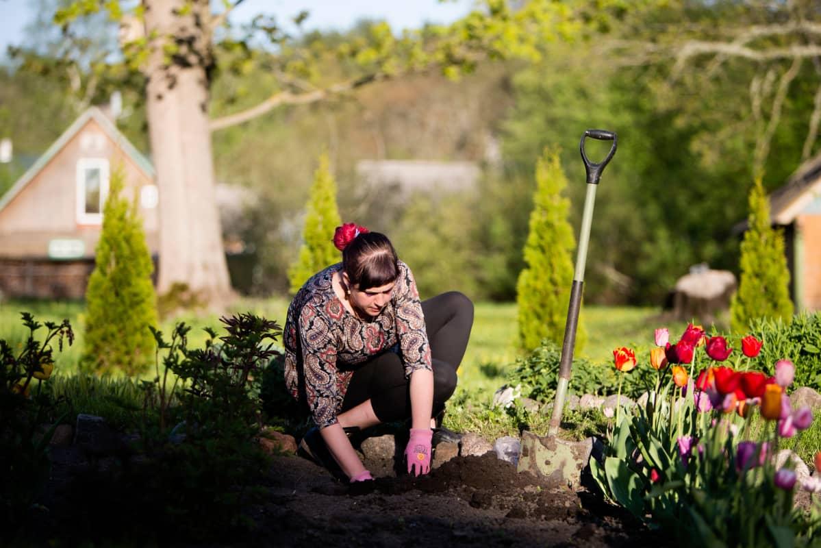 Marju Vesik on tottunut hoitamaan sekä kodin että pihatyöt itse.