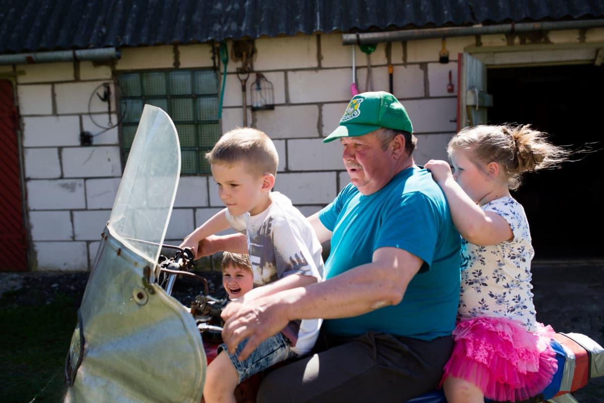 Marju Vesikin isä Arvo Vesik ajeluttaa lapsenlapsiaan perinteisellä kihnulaisella kulkuvälineellä: sivuvaunullisella moottoripyörällä.