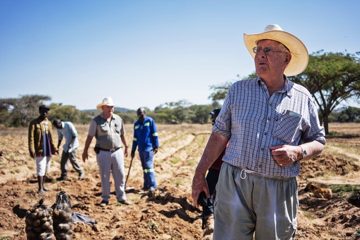 Maanviljelijä pellolla.