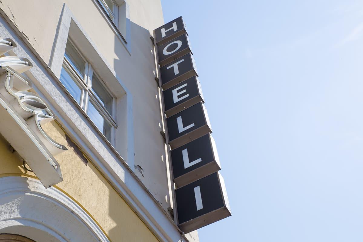Kaupunkilaiset pakenevat helteitä ilmastoituihin hotellihuoneisiin.