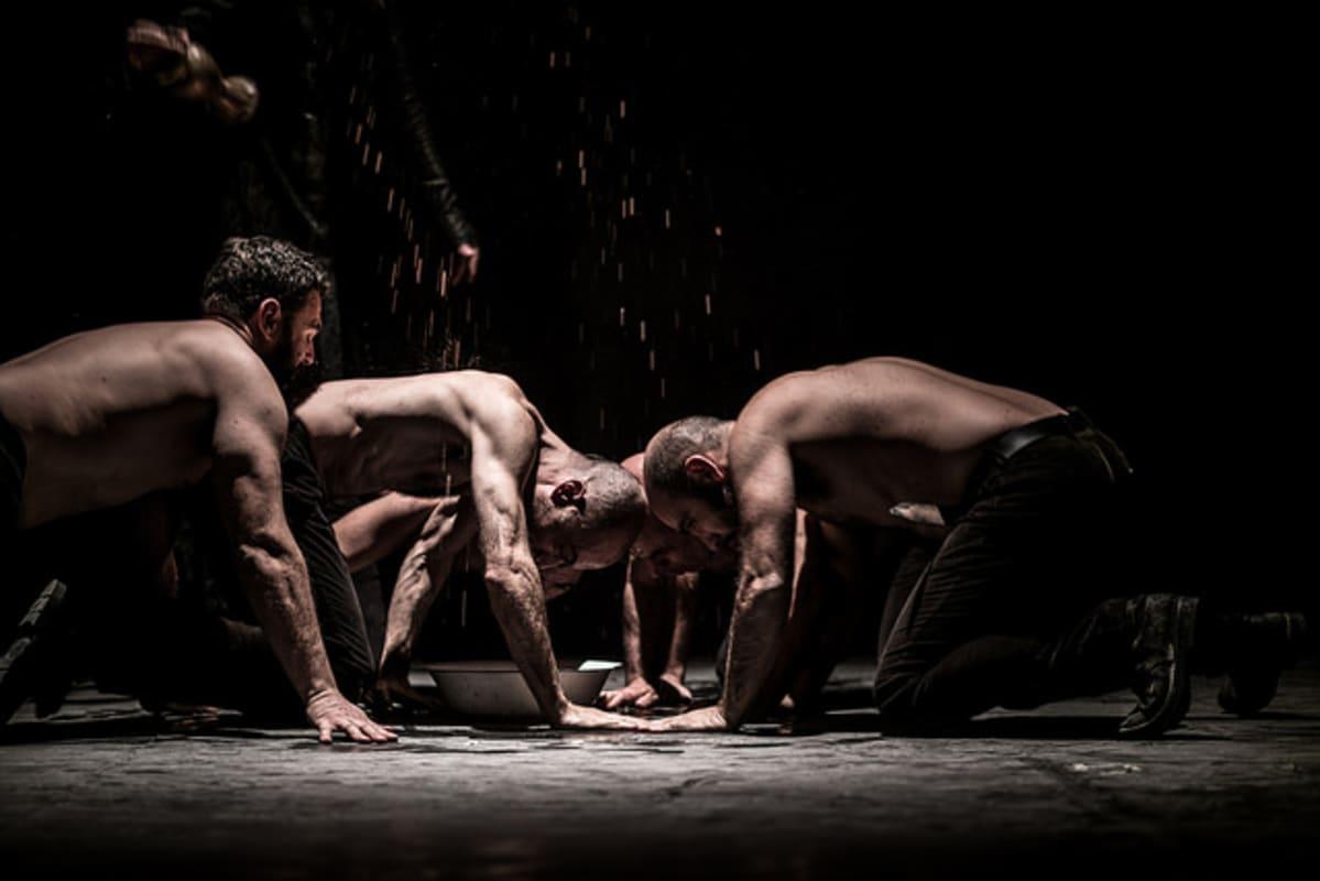 Macbettu teatteriesityksessä näkyy esiintyjiä ilman paitaa