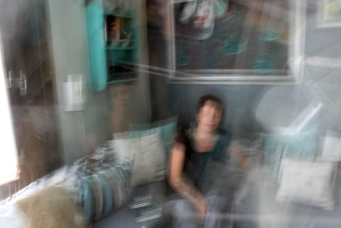 Mervi Heino istuu kotisohvallaan