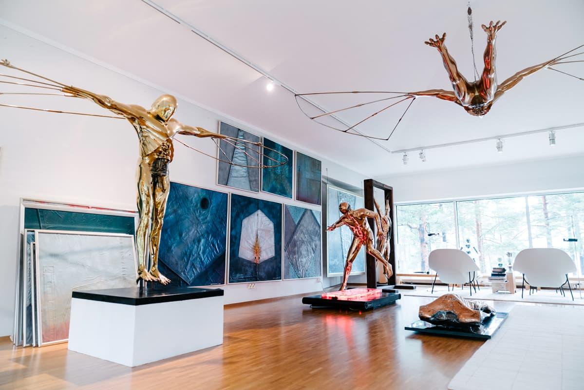 taiteilijan koti, jossa patsaita ja tauluja
