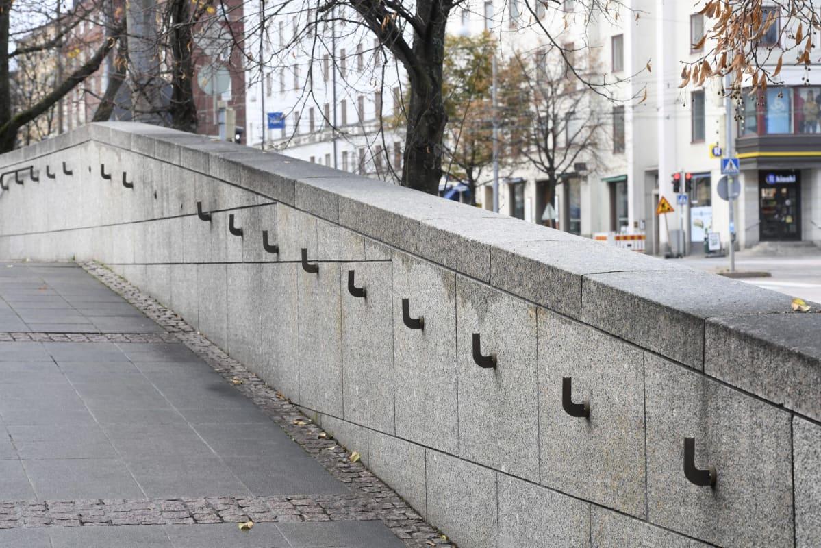 Kansallisooperan graniittimuurista puuttuivat kuparikaiteet Helsingissä torstaina 25.lokakuuta 2018.