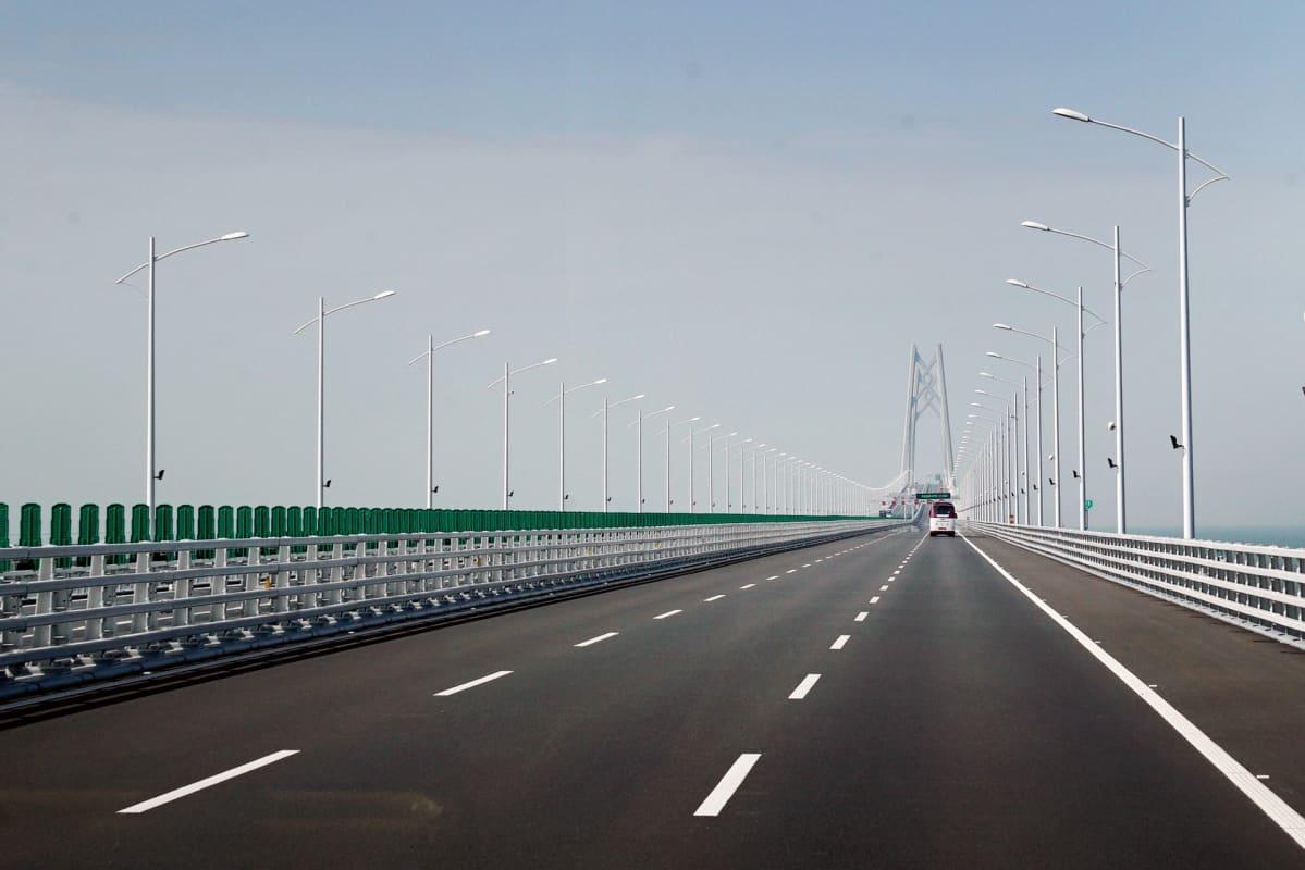 Liikennettä sillalla.