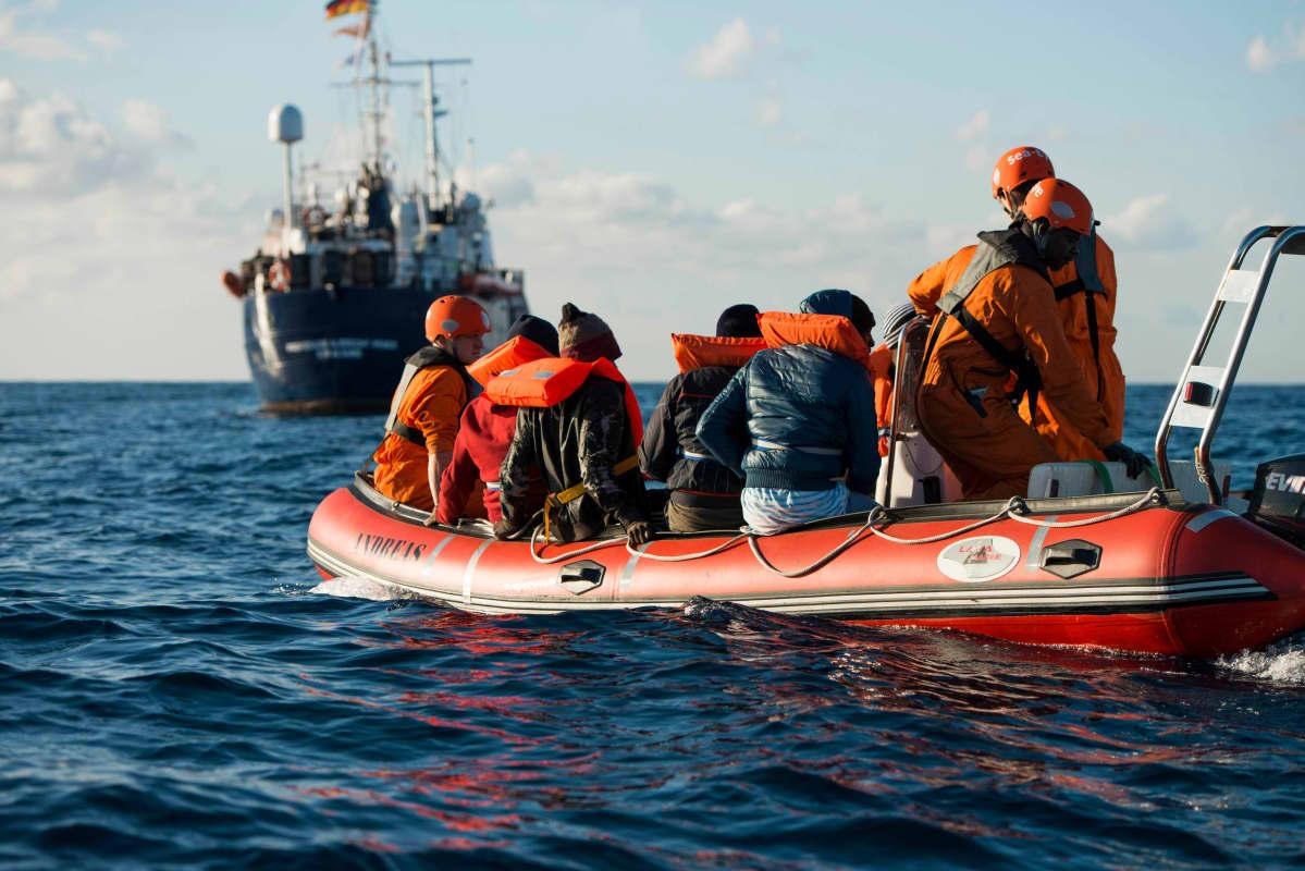 Merestä poimittuja ihmisiä tuotiin Sea Eye -järjestön Professor Albrecht Penck -alukselle 29. joulukuuta.