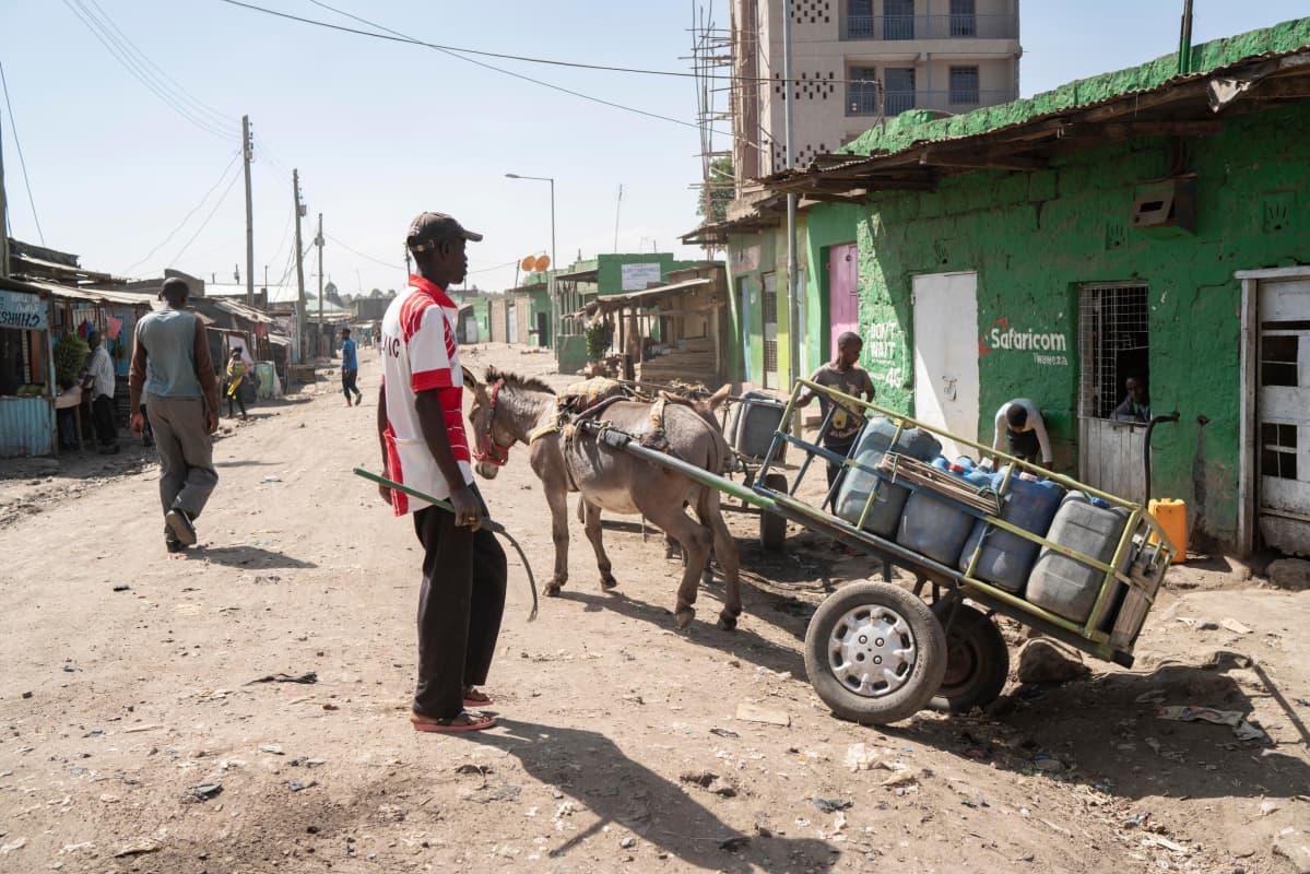 Fredrick Otieno kuljettaa vettä Ongata-Rongaissa Nairobin lähellä.