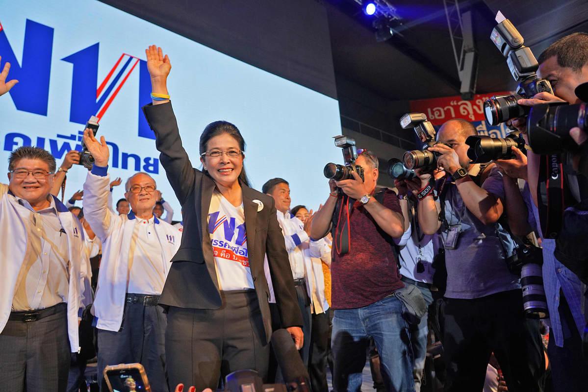 Niin sanottujen punapaitojen puolue Pheu Thai tarjoaa uudeksi pääministeriksi Sudarat Keyuraphania.
