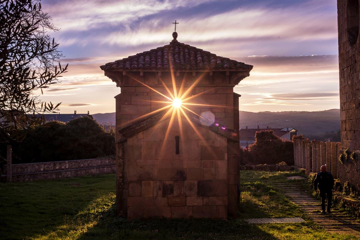 Aurinko paistaa Mozarabicin kappelin läpi San Miguelissa, Galiciassa.