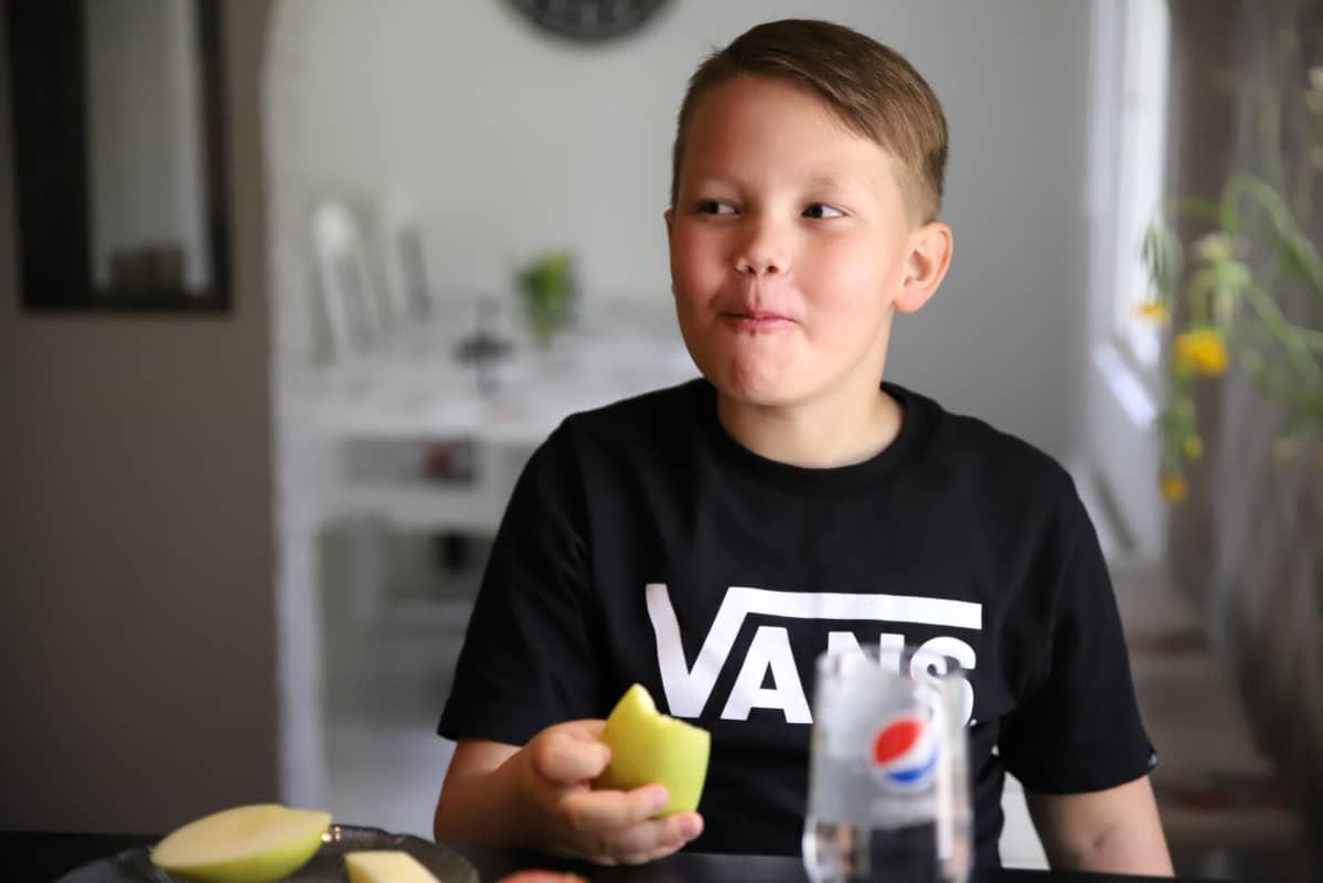 Milo Laine syö omenaa.