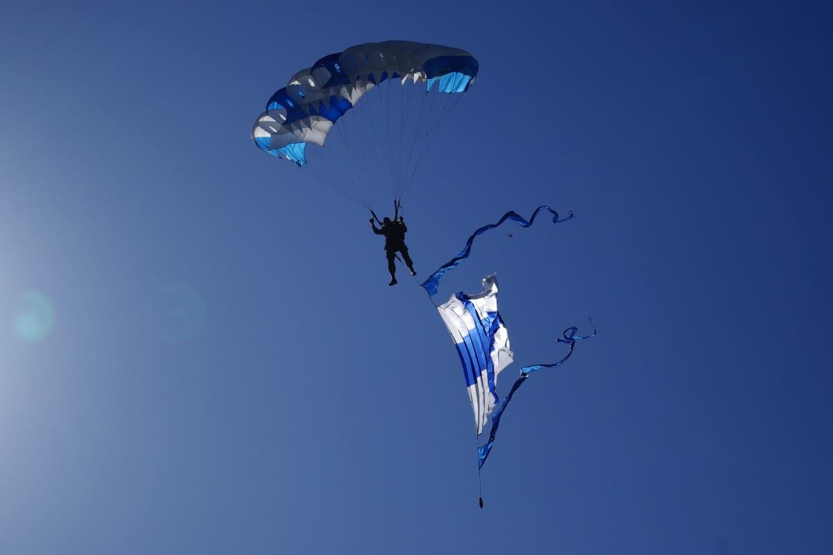 Suomen lippu saapuu Utah Beach:lle 6.6.2014. Hyppääjä on Olavi Kilpinen ja kuvaaja Pentti Hakamäki